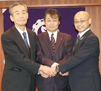 新三役、左から上原副会長・高橋会長・小沼副会長