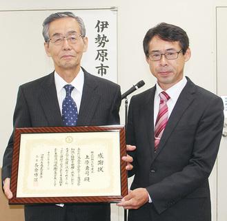 長倉新会長(右)から上原会長に感謝状が手渡された