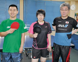 東京パラ五輪出場を目指す宮内選手(左)、伊藤選手と指導する黄木さん