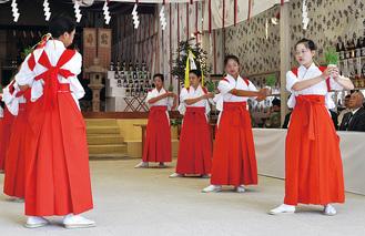 田舞を披露する地元の中高生