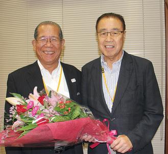 小平新会長(左)と府川前会長