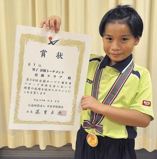 卓球の東日本大会で優勝した黄塚くん