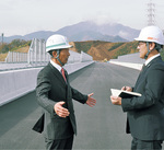 完成間近の新東名高速で未来を語る高山市長(左)
