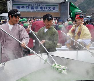 仙人鍋で大量の湯豆腐が作られた