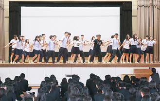 ダンスを披露する台湾の高校生