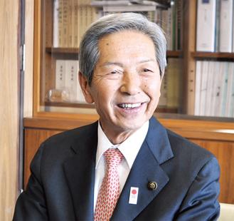 インタビューに応じる高山松太郎市長=市長執務室で写す
