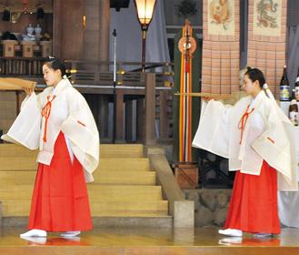 神教歌に合わせた舞を奉納する遠藤さんと人形さん