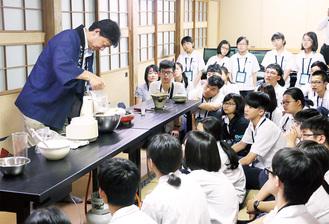 武田さんの豆腐作りを見学する台湾の中学生ら