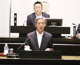 本会議で提案理由を説明する高山松太郎市長=7日