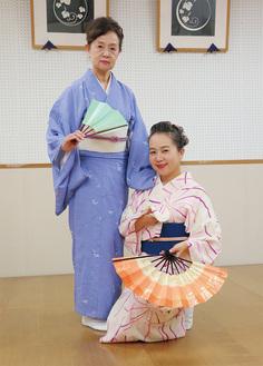 宗家家元の香寿凰さん(左)と、二代目家元を継承する雛丸さん=家元教室(稽古場)で撮影