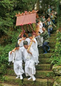 男坂の急な石段を下山する「お下り」=8月27日