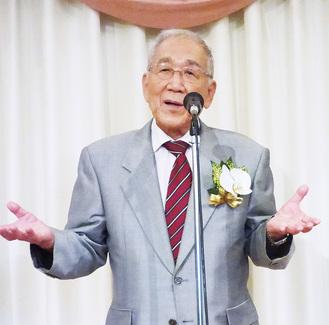 祝賀会であいさつする東井氏
