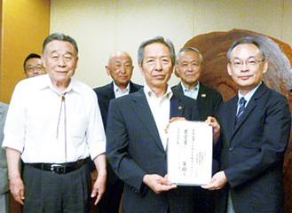 三上会長(左)高山市長(中)佐藤制作局長