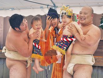 相撲部員に抱かれ大声で泣く赤ちゃん