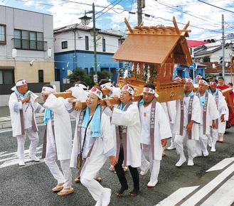 町内を練り歩く宮神輿保存会による神輿渡御=9月16日に写す