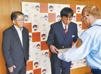 感謝状を受け取る溝呂木駅長(中央)と甲斐取締役(左)