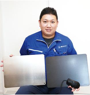 「NINJA RATMAT」を手にする、プロジェクトマネージャーの永廣さん