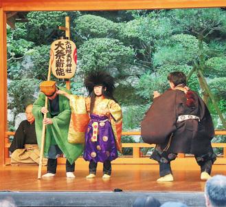 大山能楽社保存会による演目『蟹山伏』の様子=10月3日に写す