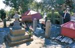 道灌公の墓前に線香をあげる関係者ら