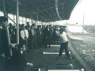 伊勢原ゴルフセンターで、中村寅吉プロのスイングを見守るギャラリー(写真提供=同センター)