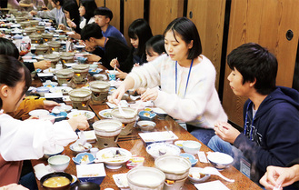 豆腐料理を食べて交流する日本と韓国の中学生ら