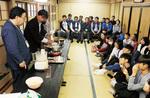 武田さん(左から2番目)による豆腐作り実演