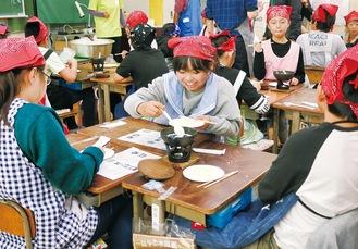 小鍋と固形燃料を使って豆腐づくりを体験する児童ら
