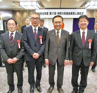 (左から)及川さん、進士さん、黒岩知事、武田さん(写真提供=市商工会)