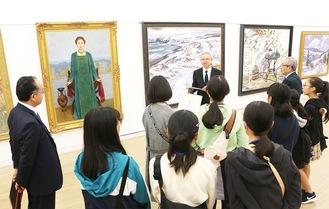 日展会員の説明を受ける美術部の生徒ら=国立新美術館