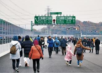 新東名の本線上を歩く参加者=12月7日