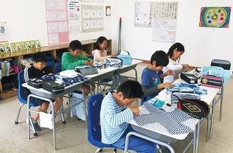 海を渡った裁縫セットを使って授業を受ける、メキシコ・グアナフアト日本人学校の子どもたち(提供写真)