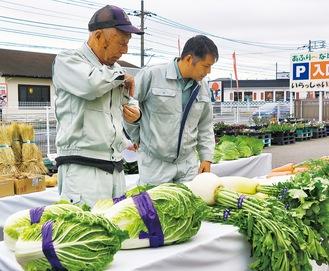 野菜を確認する審査員
