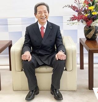 インタビューに応える高山市長