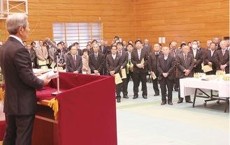 高山市長のあいさつを聞く、市民の集い参加者ら=1月12日