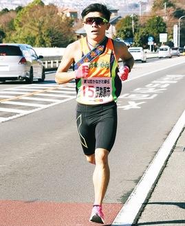 2区を走る杉原選手=新善波トンネル付近で写す