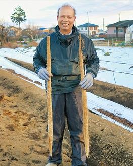 自身の畑で収穫した自然薯を手にする明果留さん