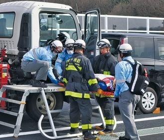 事故車両から搭乗者を救助する様子