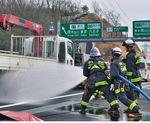 火災車両を消火する消防隊