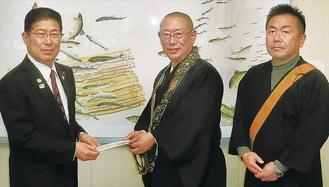 森田市長(左)に義援金を手渡す佐伯氏(中央)