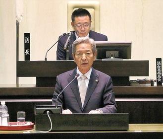 市議会本会議で市政運営の所信を述べる高山市長