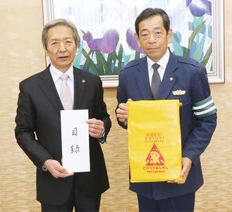 目録を手にする高山市長と飯塚会長