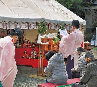 人形に祝詞を奏上する永井宮司