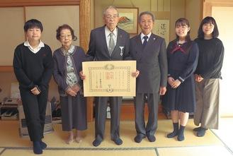 高齢者叙勲を受章した前田さん(左から3番目)と高山市長、家族ら