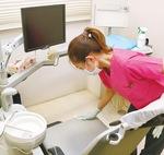 ユニットを除菌する歯科衛生士=はぎわら歯科医院