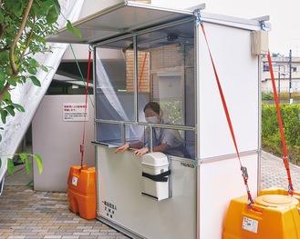救急入口付近に設置されたボックス。実際は防護服を着た医療従事者が中に入り検体を採取する