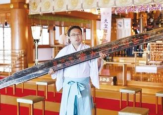 動画に出演し、納太刀を紹介する目黒さん。ユーチューバーのようになって大山の歴史を伝える
