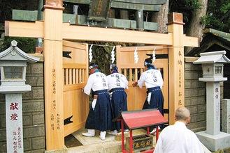 登拝門を開けるお花講(提供/大山阿夫利神社)