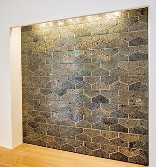 玄関の飾り棚の壁に採用されたタイル