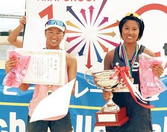 優勝した山田さん(左)とオトさん