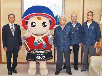 剣道防具を作成した若林隊長(中央右)と甲冑隊のメンバー